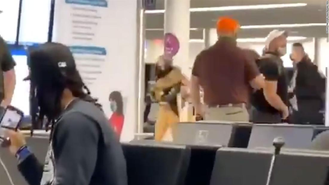 Check the facts: Video of a man in an airport rage was expelled from the plane for rejecting the mask policy and not because of the Capitol mutiny