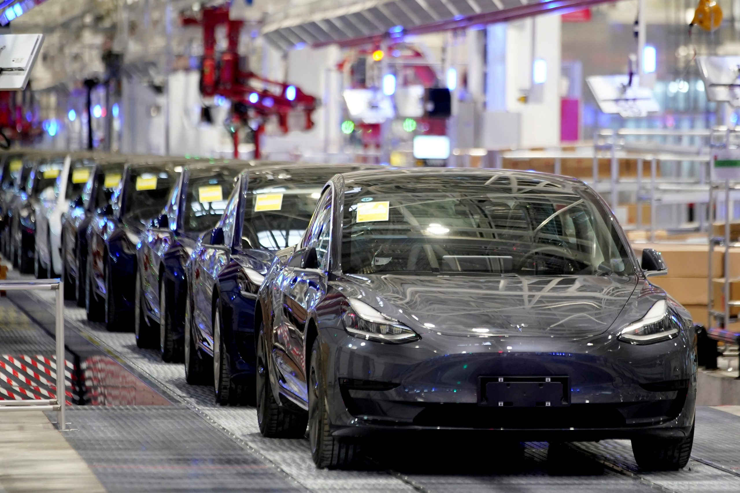 It is reported that a Tesla Model 3 car explodes in a Shanghai garage