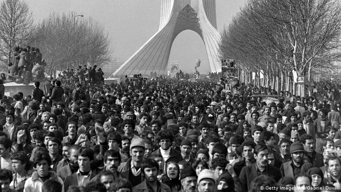 Hundreds of thousands of Iranians took to the streets on that day to cheer in the motorcade in which Khomeini drove the car to the central cemetery to deliver his arrival there (Photo: afp)