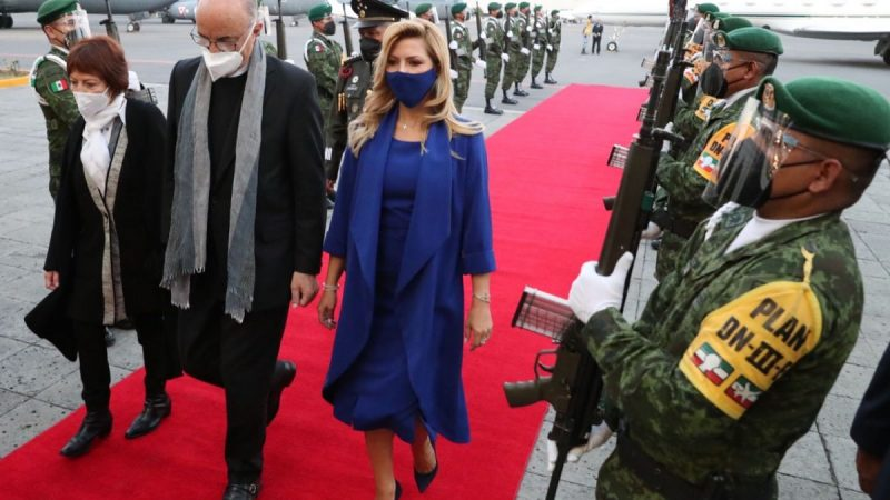Fabiola Yanez and the blue dress that stole her looks on her way through Mexico