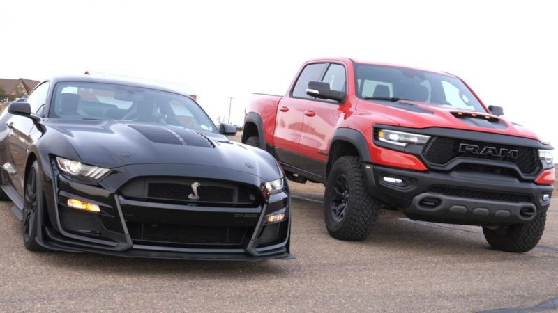 Capture versus.  Muscle Car – 702 HP Ram V8 races against a 760 Shelby Mustang and it's an event …