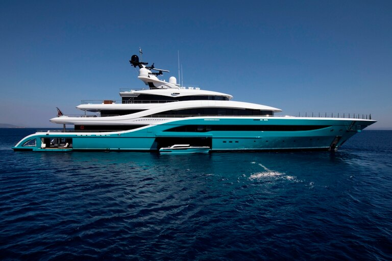 Video: How a $ 90 million luxury yacht collided with a jetty