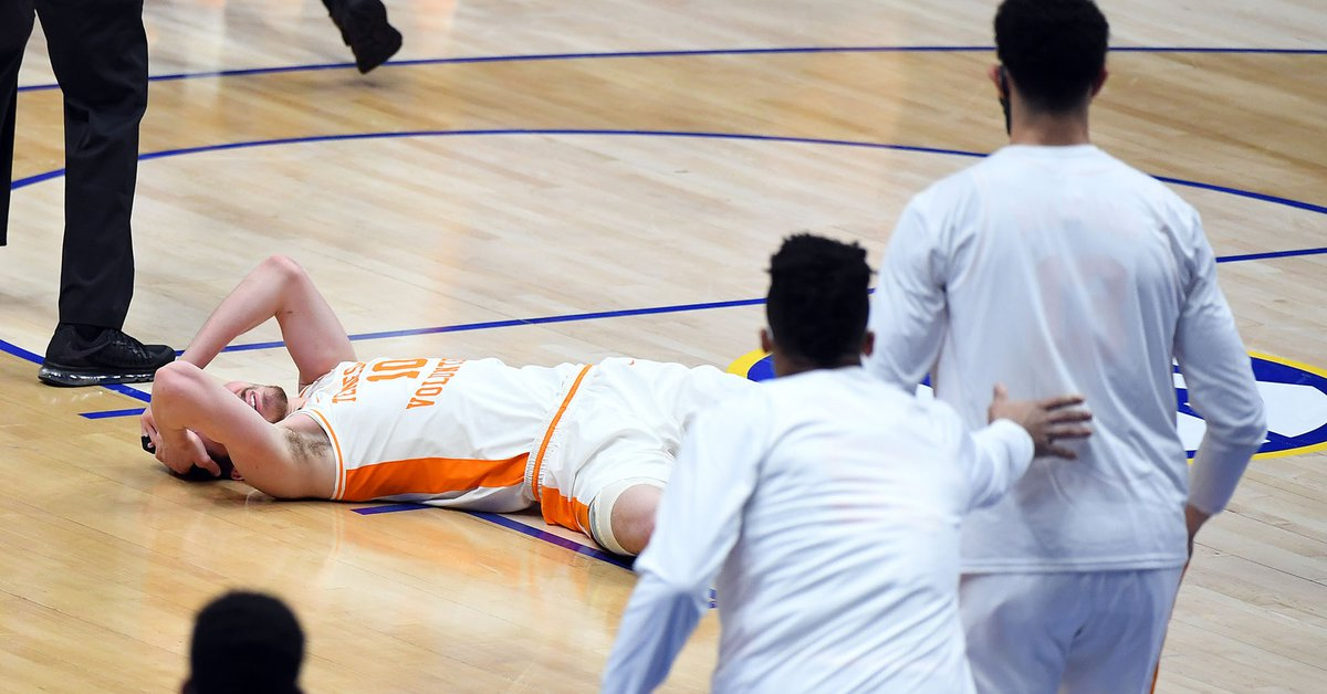 Brutal aggression in college basketball in the United States: he hit his opponent with his elbow and had to be taken to hospital
