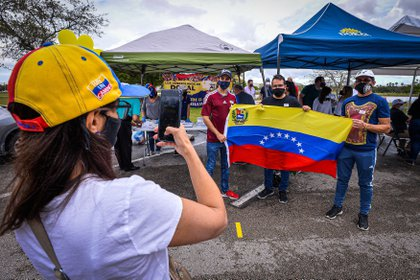 Venezuelans are taking part in voting for the popular advice promoted by Venezuelan opposition leader Juan Guaidó today, from Doral Central Park, Doral, Miami-Dade, Florida (USA).  EFE / Giorgio Vieira