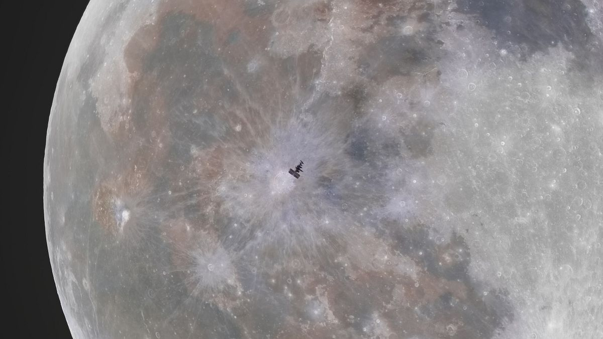 Take a strange photo of the International Space Station next to the moon