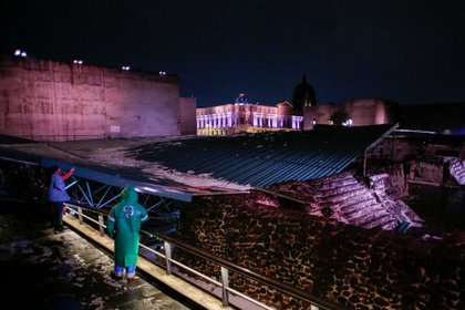 "Employees of the Ministry of Culture monitor the damage to the protective roof ""Eagles House""Part of the ruins of the Templo Mayor archaeological site, which collapsed after torrential rain and hail in Mexico City (Photo: Reuters / Gustavo Graf)."