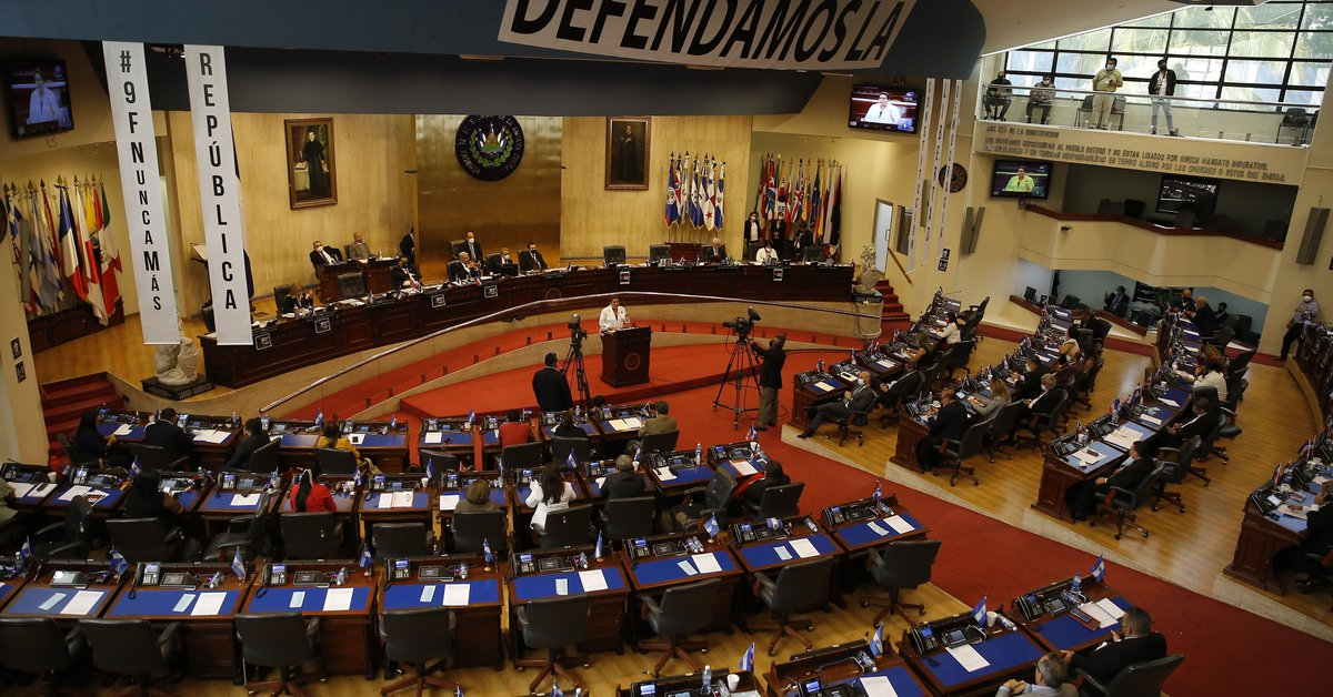 The Salvadoran Parliament requested the removal of the constitutional judges of the Supreme Court of Justice