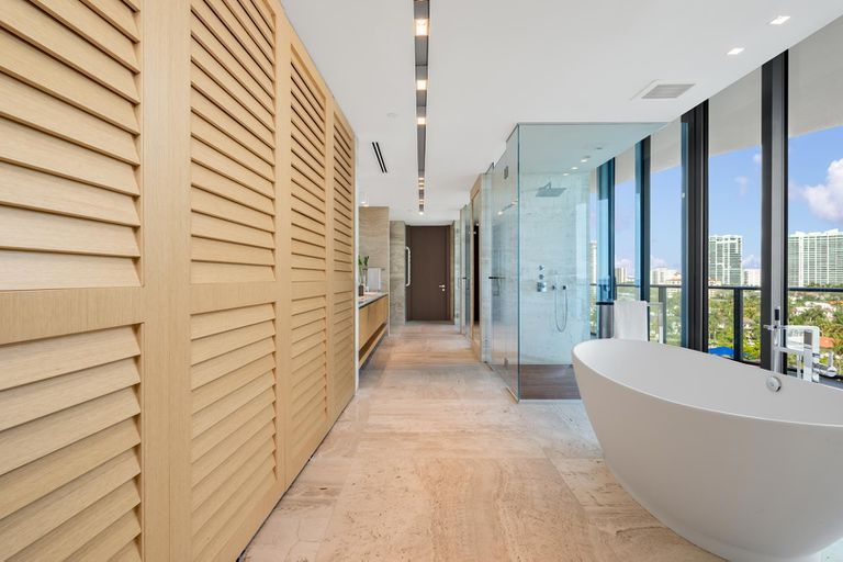 They have showers and bathtubs overlooking Miami Beach