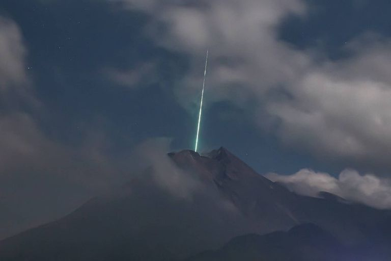 Surprise: they capture the moment a meteor falls on an active volcano
