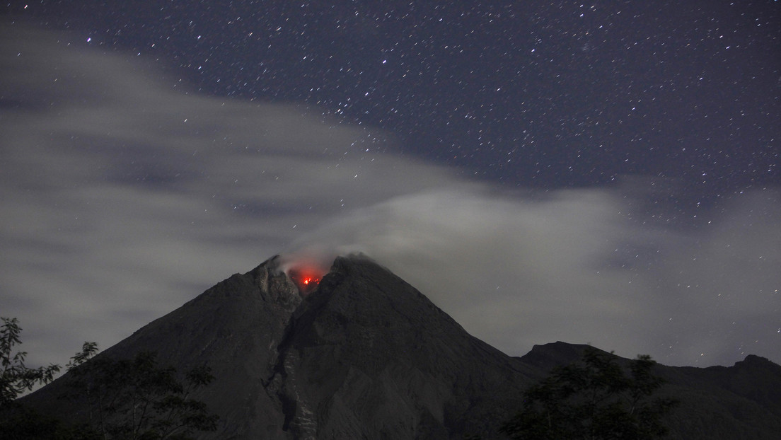 Capture the moment a meteor falls on Indonesia's most active volcano (video, photos)