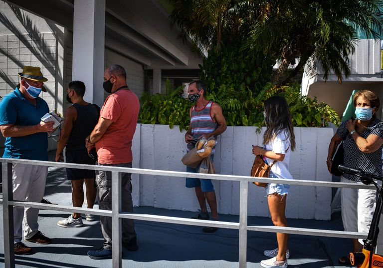 Lines for vaccination in Miami