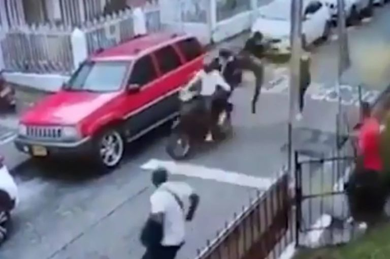 Video: A neighbor arrests two thieves with flying kicks