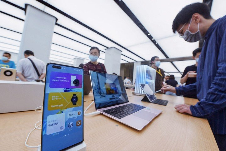 Huawei users test their new mobile operating system in Shanghai, China.  Photo: AFP.