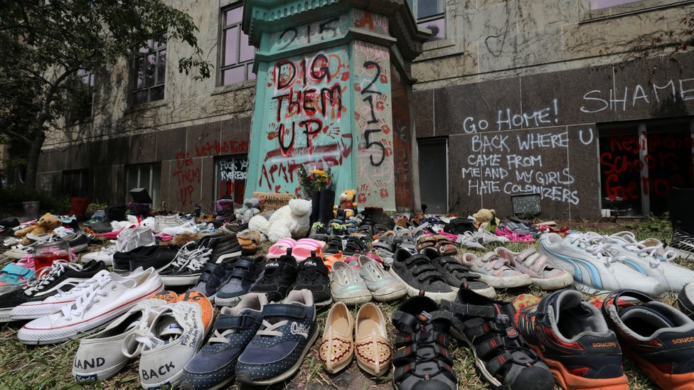 Some Canadians put on children's shoes in memory of the victims of these detainees.