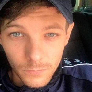 Louis Tomlinson announces his free concert.  Fans find out it's in London and it's raining MEMES