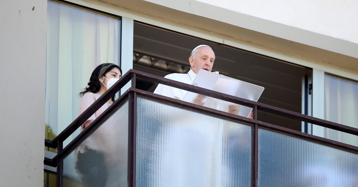 """Pope Francis prayed the angel from the hospital balcony as he entered: """"Thank you all, I have felt your prayers"""""""