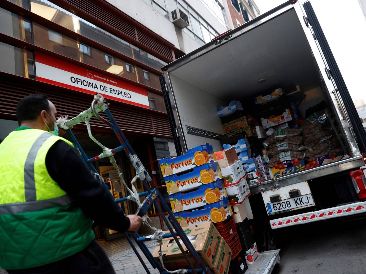 Photo: A delivery worker unloads goods in Madrid.  (F)