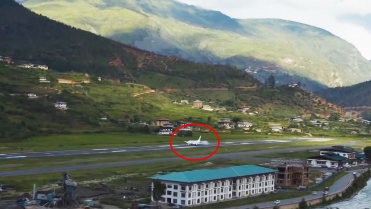 An impressive video shows the most dangerous landing of a Boeing plane