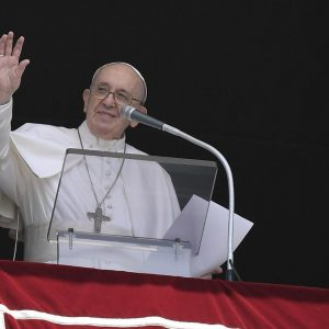 """Angelus prayer.  Pope: """"Do not seek God or a friend unless there is a problem"""""""