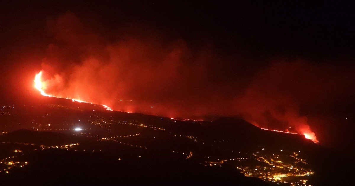 Lava reaches the sea in La Palma and there are fears of toxic gases