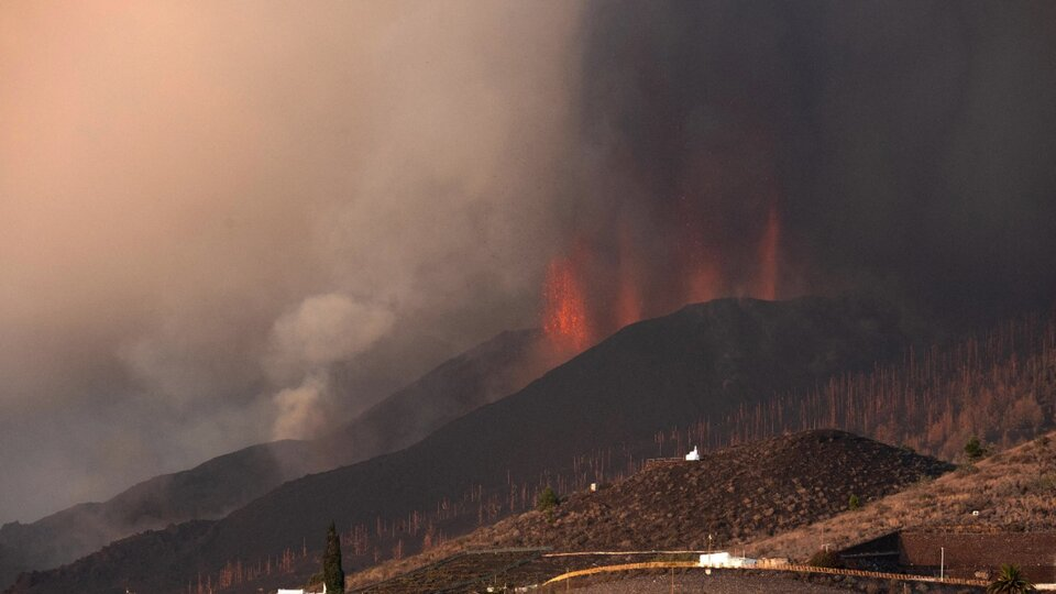 Canary Islands: Lava from Cumbre Vieja volcano has reached the sea |  Fear of the possibility of toxic clouds appearing