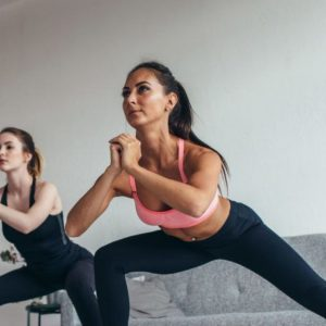 In minutes, 4 basic exercises to train close people at home