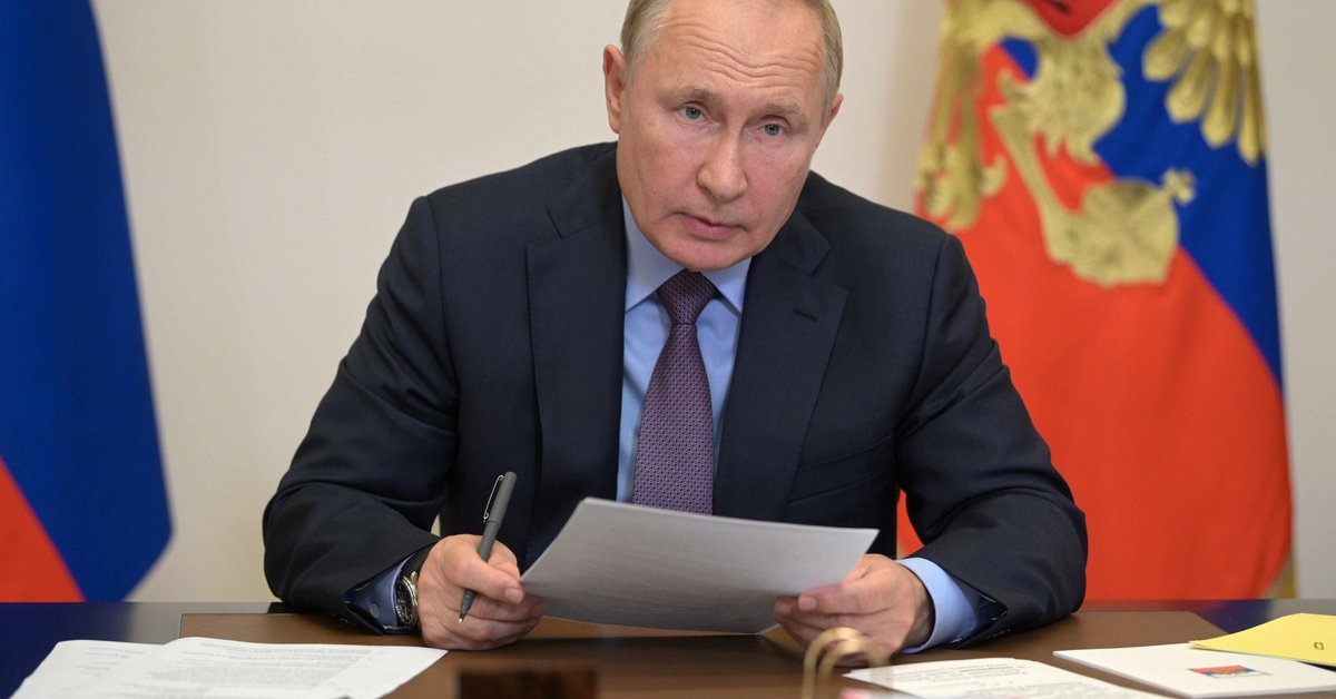 """Vladimir Putin is isolated, did not reveal the result of the COVID-19 test and said: """"I hope Sputnik V will show a high level of protection"""""""
