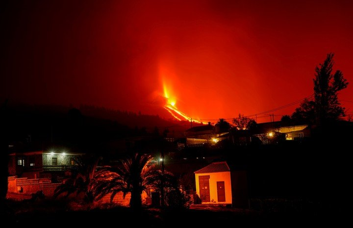 The sky in Tacande de Arriba, on the island of La Palma, is red from the eruption of the Cumbre Vieja volcano.  Photo: Reuters