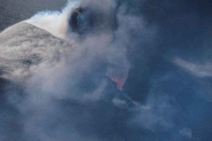 Despite the smoke and ash, experts say that the air quality is not harmful to health on the island of La Palma.  Photo: EFE